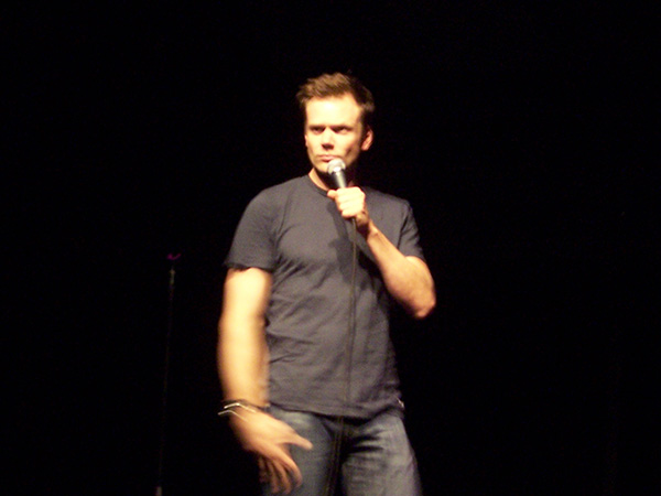 Joel-McHale-standup-at-HBCB-2008-photo-by-Live-the-Movies.jpg