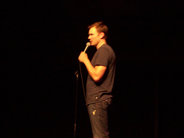 Joel-McHale-standup-at-HBCB-2008-photo-by-Live-the-Movies-4.jpg
