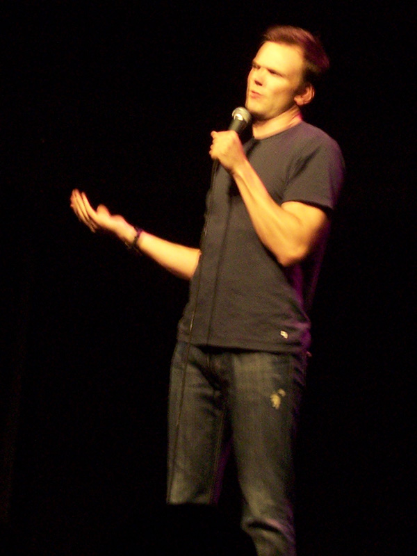 Joel-McHale-standup-at-HBCB-2008-photo-by-Live-the-Movies-3.jpg
