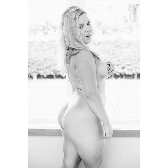 Happy Sunday Bumday! . . . #boudoirphotography #boudoirphotographyauckland #portraitphotography #photographerauckland #intimateportrait #boudoir #sundaybumday #aucklandphotographer