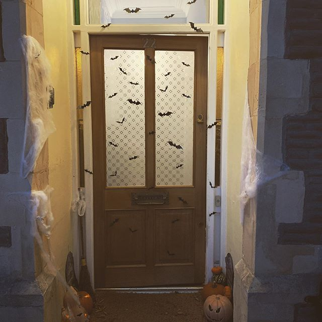I'm in the spirit now folks. Posting last year's stoop display since I don't have an external display this year. You can take the girl out of America and all that ... #bats #halloween🎃 #halloween2019 #homedecor #interiors #interiordecor #hyggehome #myhomevibe #howirent #victorianterrace