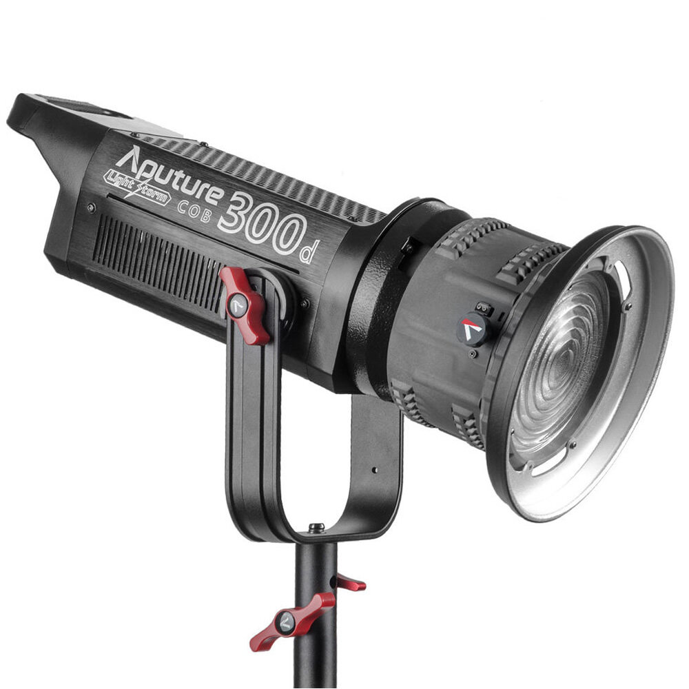 Luz LED Aputure 300D con Fresnel   $ 1,800 pesos por día.