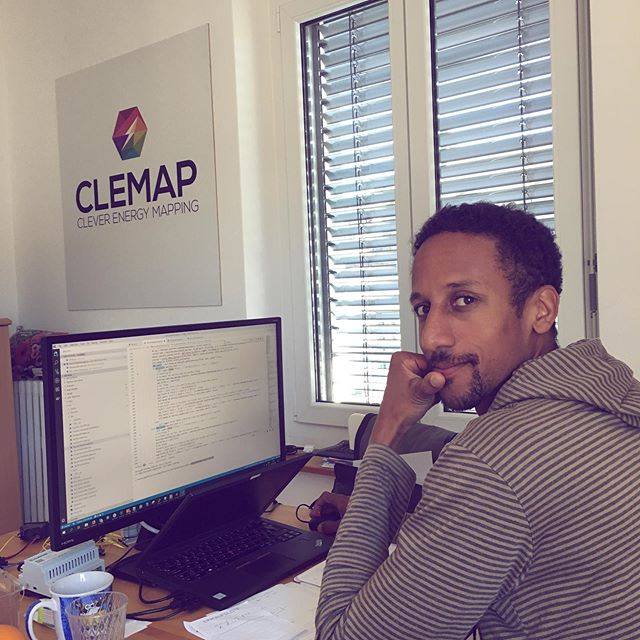 Here's Gino! Co-founder, CEO and Product Developer of Clemap. 🎉 . . #greatteam #teamwork #teamgoals #energytransparency #knowyourenergy #electricity #smarthouse #smartmeter #office
