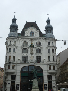 vienna-building-with-statue.jpg