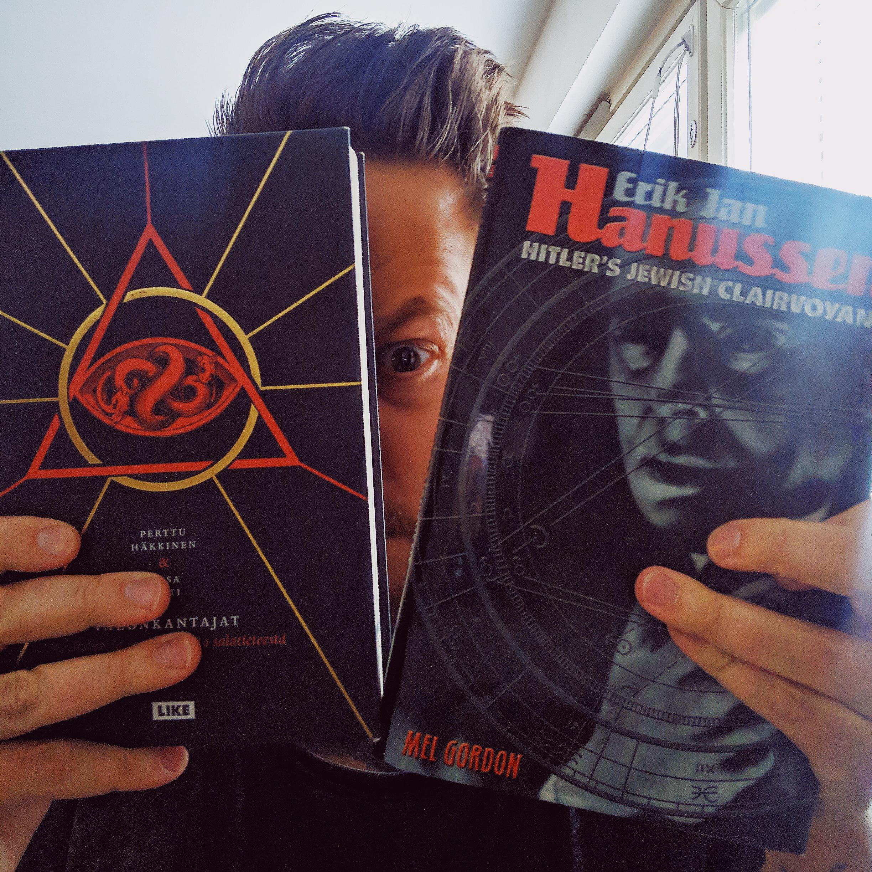 Kirjoittaja ja legendaarinen hypnoottis-magneettinen katse. Hypnoottis-magneettisesta katseesta järjestetään jopa leikkimieliset SM-kilpailut. Toistaiseksi en ole lähtenyt tätä kyseenalaista titteliä metsästämään. Kuvassa myös edesmenneen mestarin Perttu Häkkisen mainio Tulenkantajat - Välähdyksiä suomalaisesta salatieteestä sekä Mel Gordonin kirja Hanussenista.