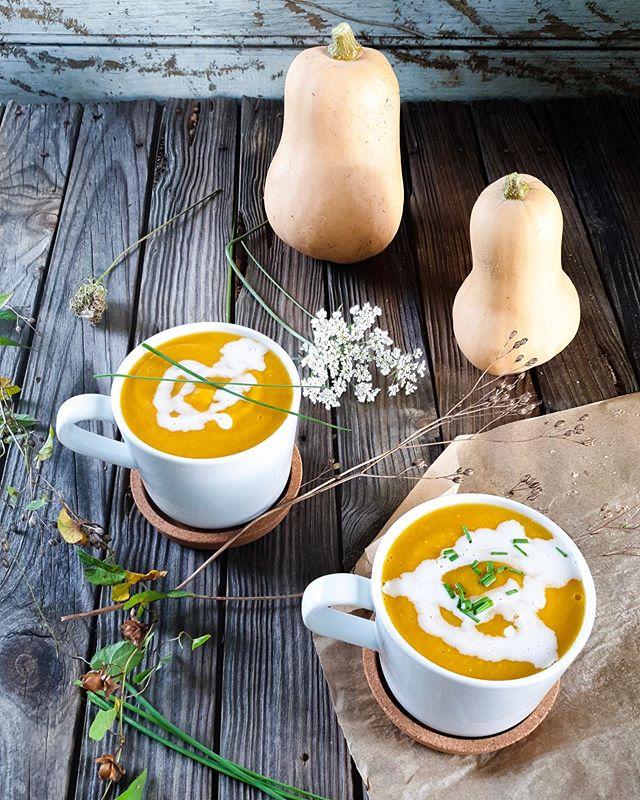 🍁Autumn Vibes🍁 !!!Fall Mode Fully Activated!!! And I'm loving it.  Making a gorgeous soup with the first really big pumpkin from the garden felt so special (see stories). Are you embracing Fall yet?🍂🍂🍂 . . 🍁Vibes Automnales🍁 !!!Mode Automne Activé!!! Et j'adore ça.  Cuisiner une merveilleuse soupe avec la première vraie grosse citrouille du jardin m'a procuré un sentiment incroyable (voir stories). Et vous, vous accueillez aussi l'automne à bras ouverts ?🍂🍂🍂 . . . #fall #fallvibes #autumn #autumnvibes #autumnvibes🍁 #vegan #pumpkin #pumpkinsoup #soup #vegansoulfood #vegansoup #squash #vegandinner #cozy #cozyvibes #soupinamug #warmandcozy #thelittlethings #soupedepotiron #homemade #fromthegarden