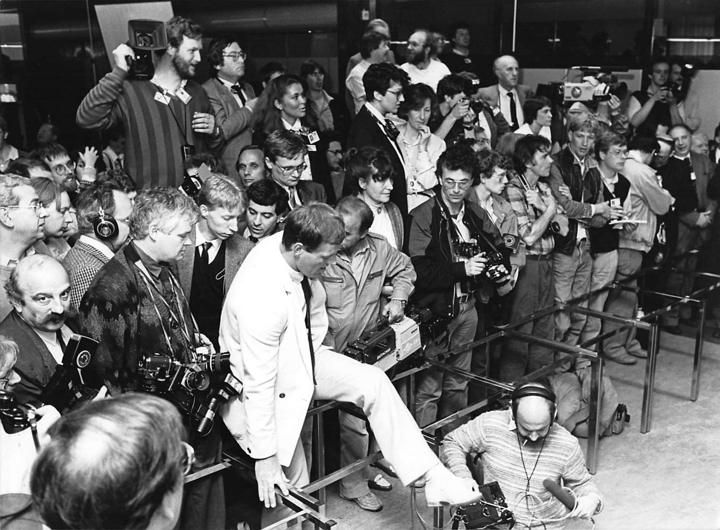 Journalists waiting for the Pope to give a press conference, May 1985. Young me is somewhere in there