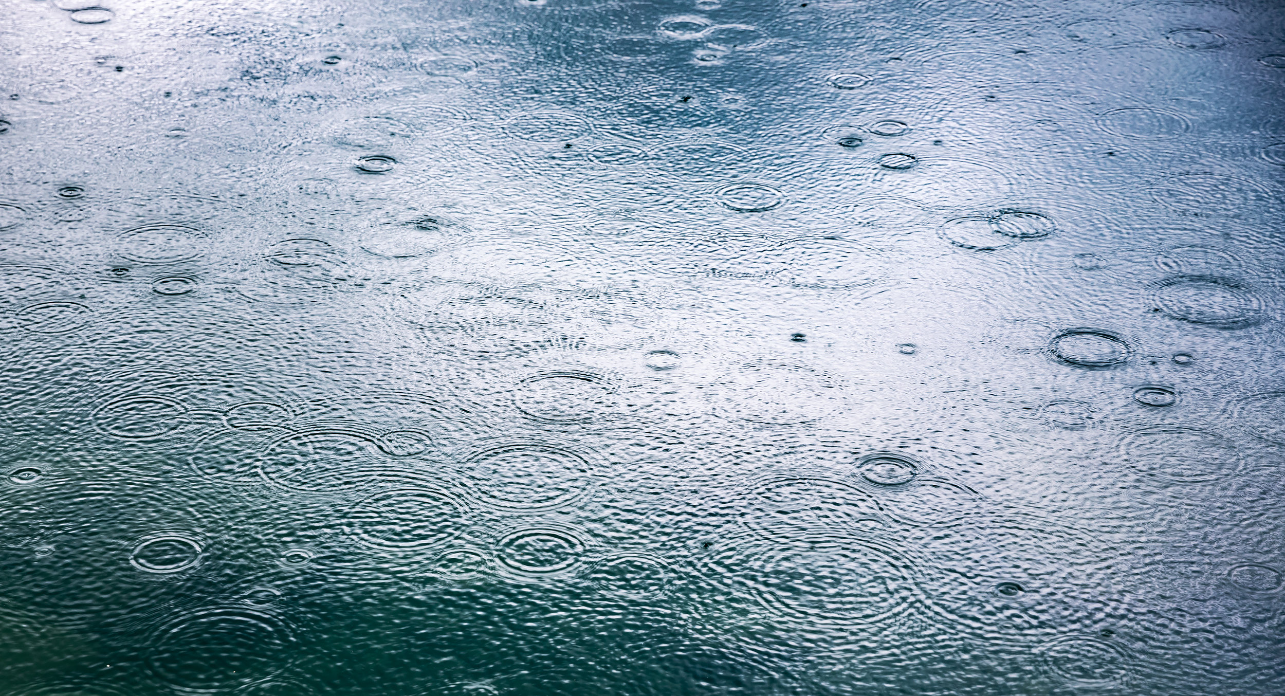 abstract-background-rain-drops-on-the-water-PM5ZA55.jpg