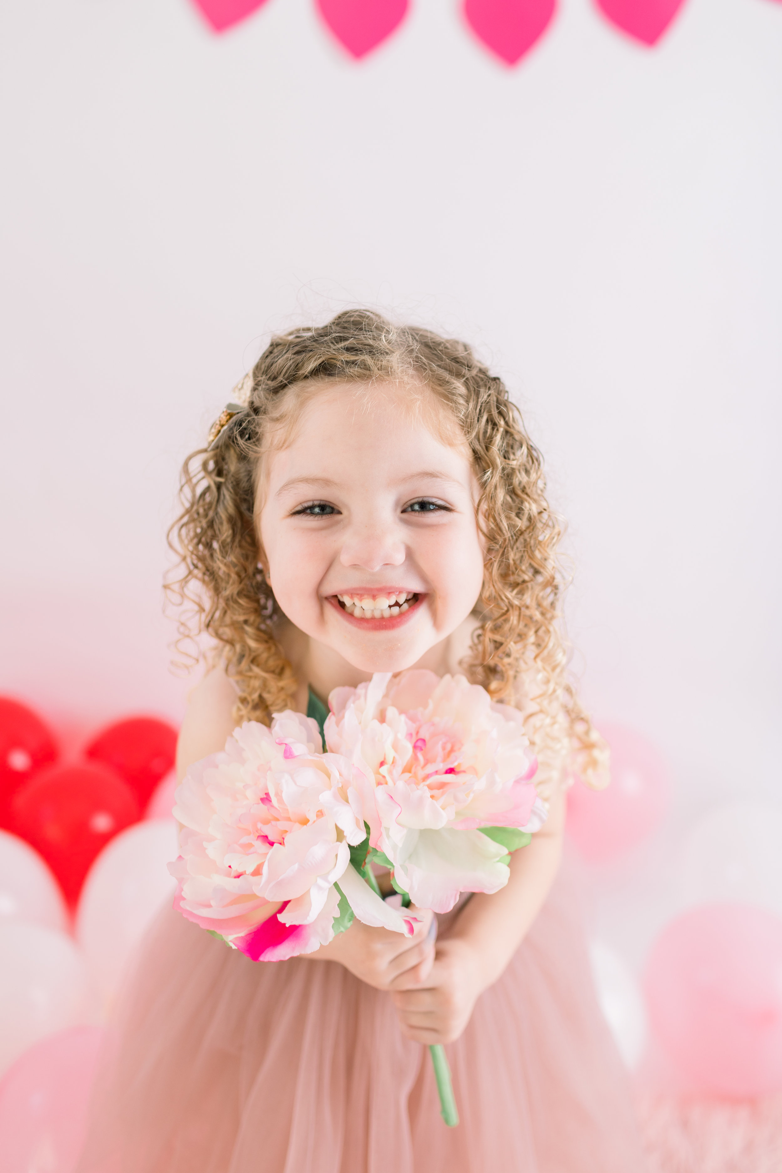 girl-holding-bunch-of-flowers-valentines-day-shoot