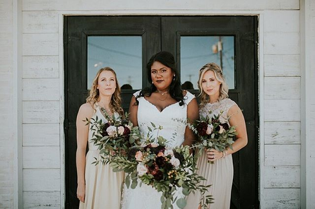 This is a mood and we are here for it! These flowers totally vibed with the moody vision @angeduh89 & @ivana_be_adam had. • • • • 💐: @amrxevents 📸: @myrandarandlephoto ⛪️: @fairlanestation 💄: @artistry.veronica 👗: @allmyheartbridal