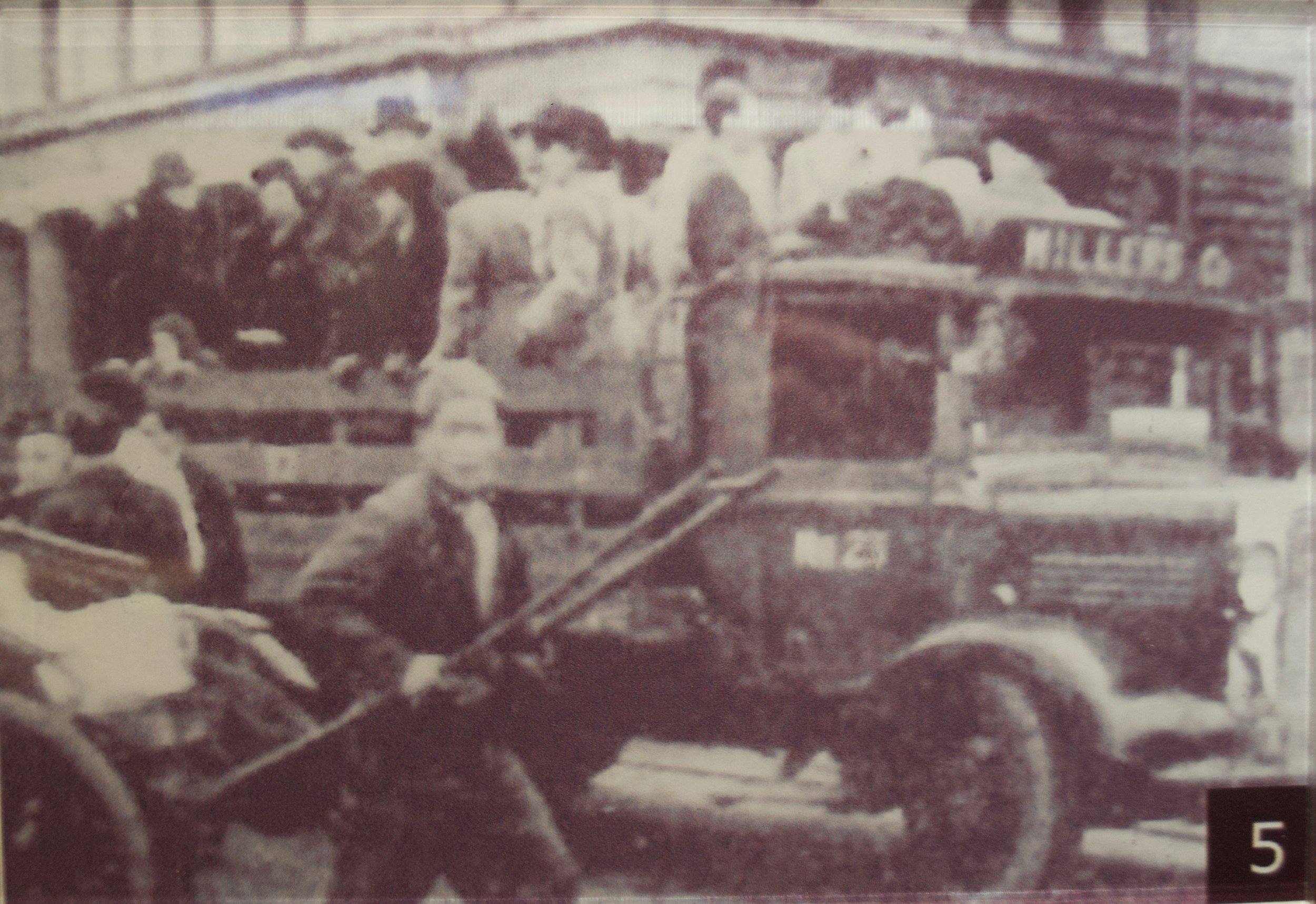 Volunteers sending refugees to one of the processing centres. [Shanghai Jewish Refugees Museum]