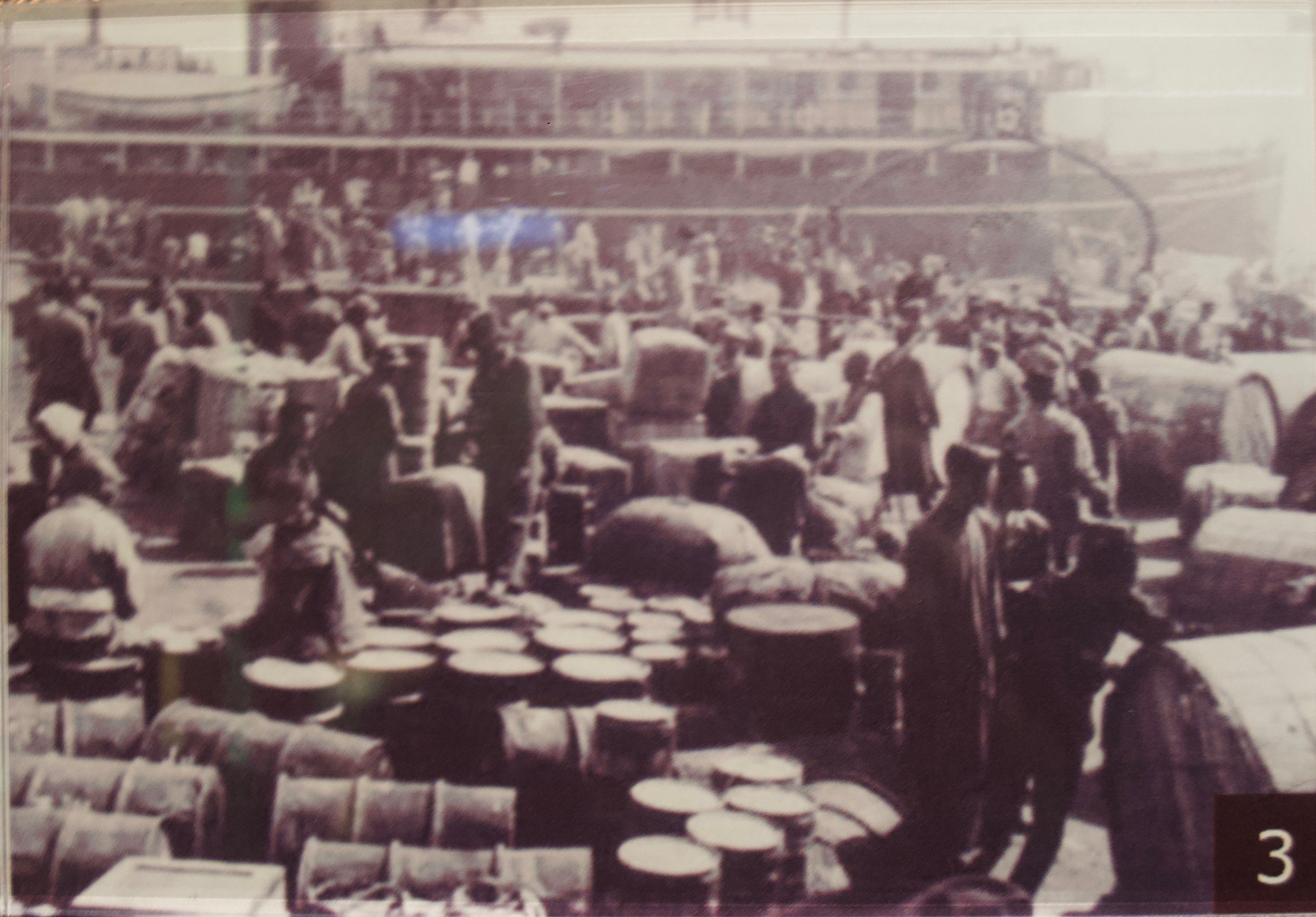 Refugees arriving at the port of Shanghai. [Shanghai Jewish Refugees Museum]