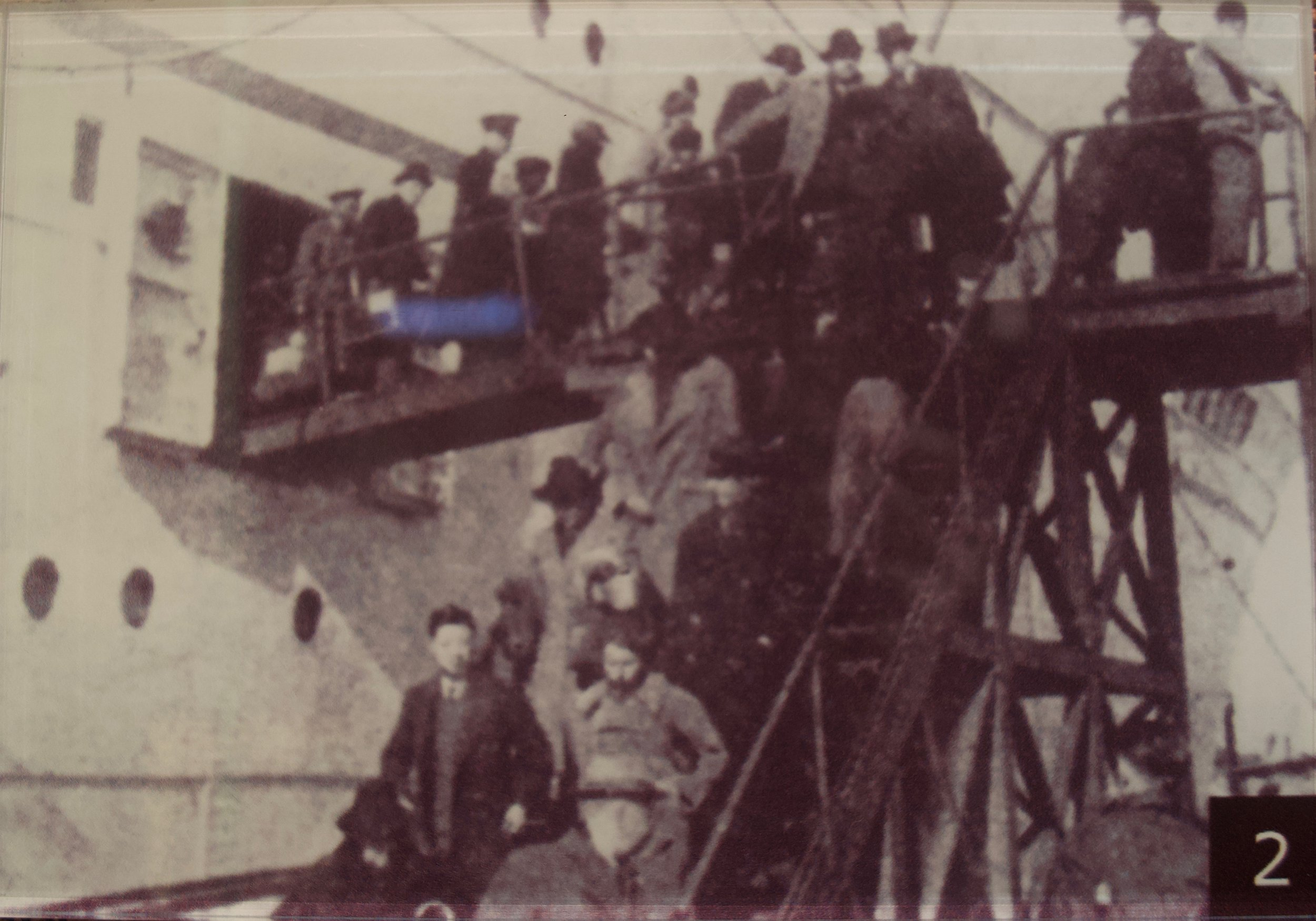 Refugees disembarking their ship. [Shanghai Jewish Refugees Museum]