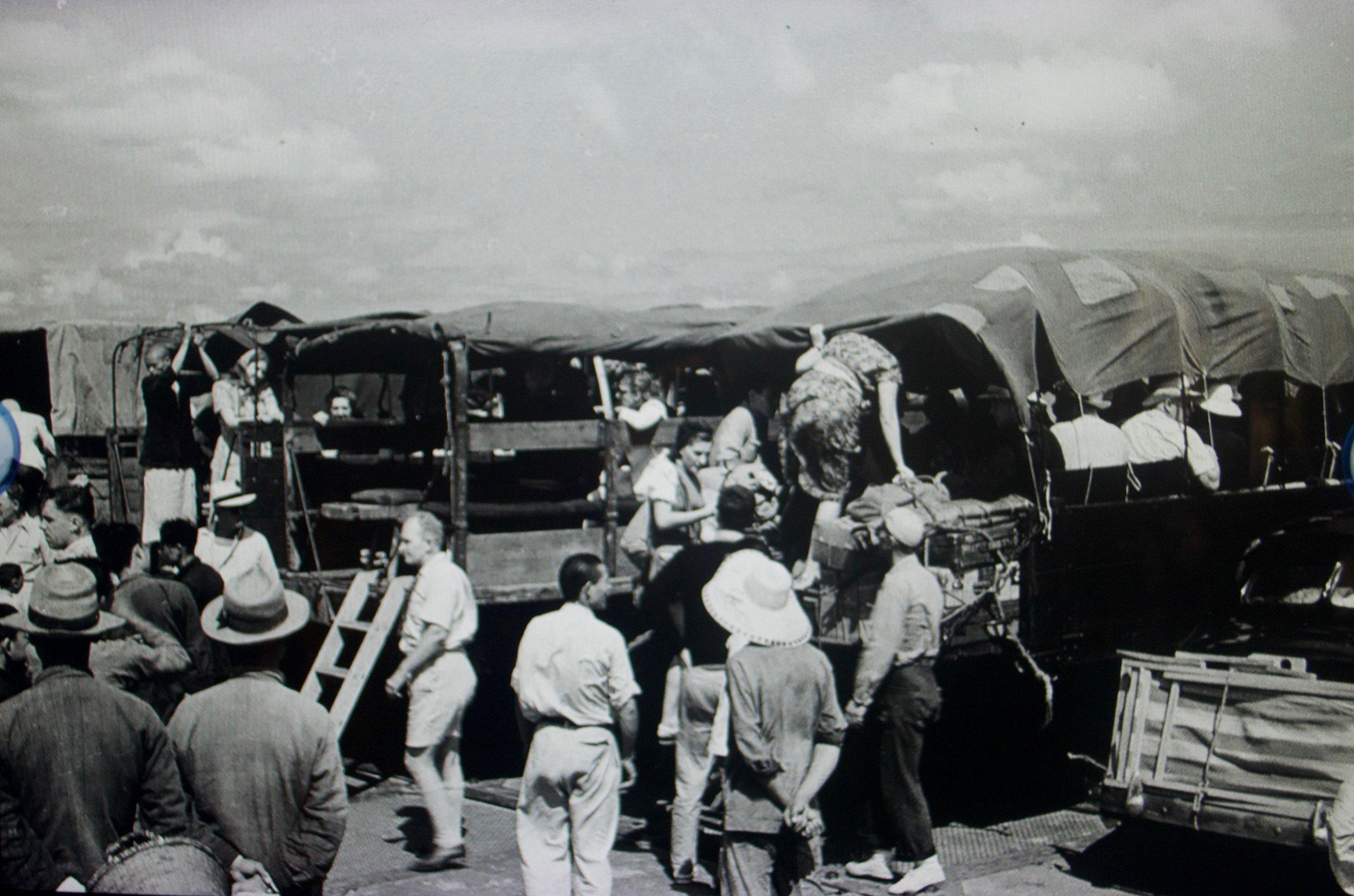 Refugees boarding onto trucks. [Shanghai Jewish Refugees Museum]