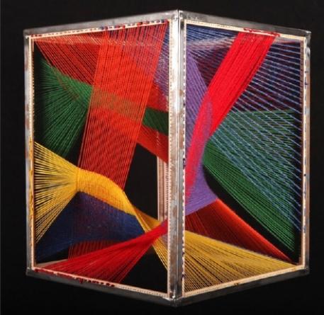 Lili Bel   Au fil de mes pensées entrelacées, 2016  Fils tendus et tissage laine 50cm x 40cm x 40 cm