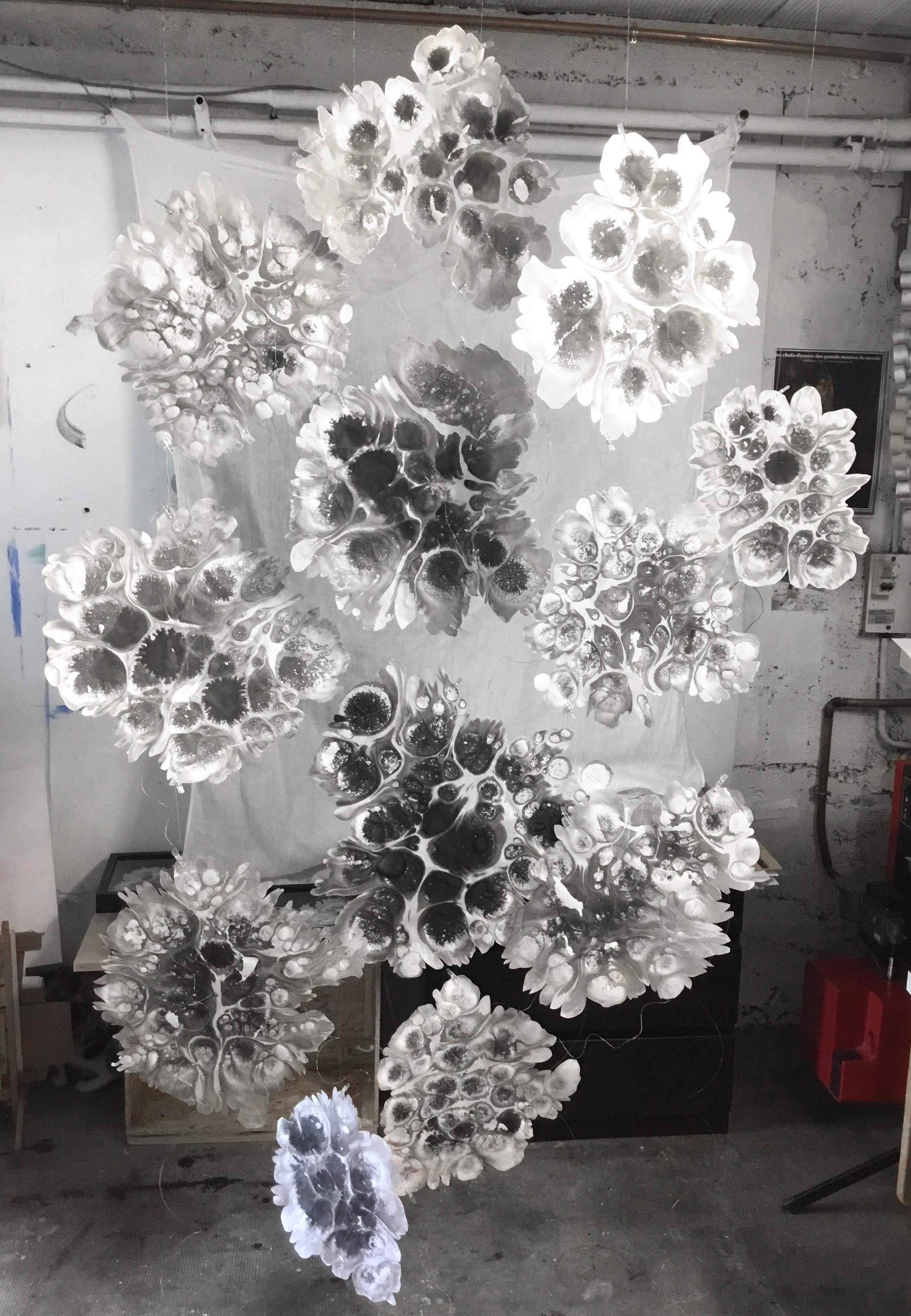 Suspension  , 2019  Papier Wenzhou – encre de Chine et fil  200 cm x 140 cm