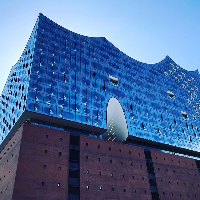 Vier wunderschöne Tage in Hamburg verbracht. Und soviel erlebt. Aber definitiv das große (unerwartete) Highlight: eine Führung in der Elbphilharmonie! Das kann ich wirklich jedem empfehlen. Jetzt wieder zurück in meinem Stuggi-West, aber in zwei Wochen geht es schon nach Berlin. Gefühlt bin ich dieses Jahr bisher mehr weg, als zu Hause... #hamburg #elbphilharmonie #elphi #architecture #amazing #citytrip #hamburgmeineperle #hh #city #prettycity #building #unbelievable @elbphilharmonie
