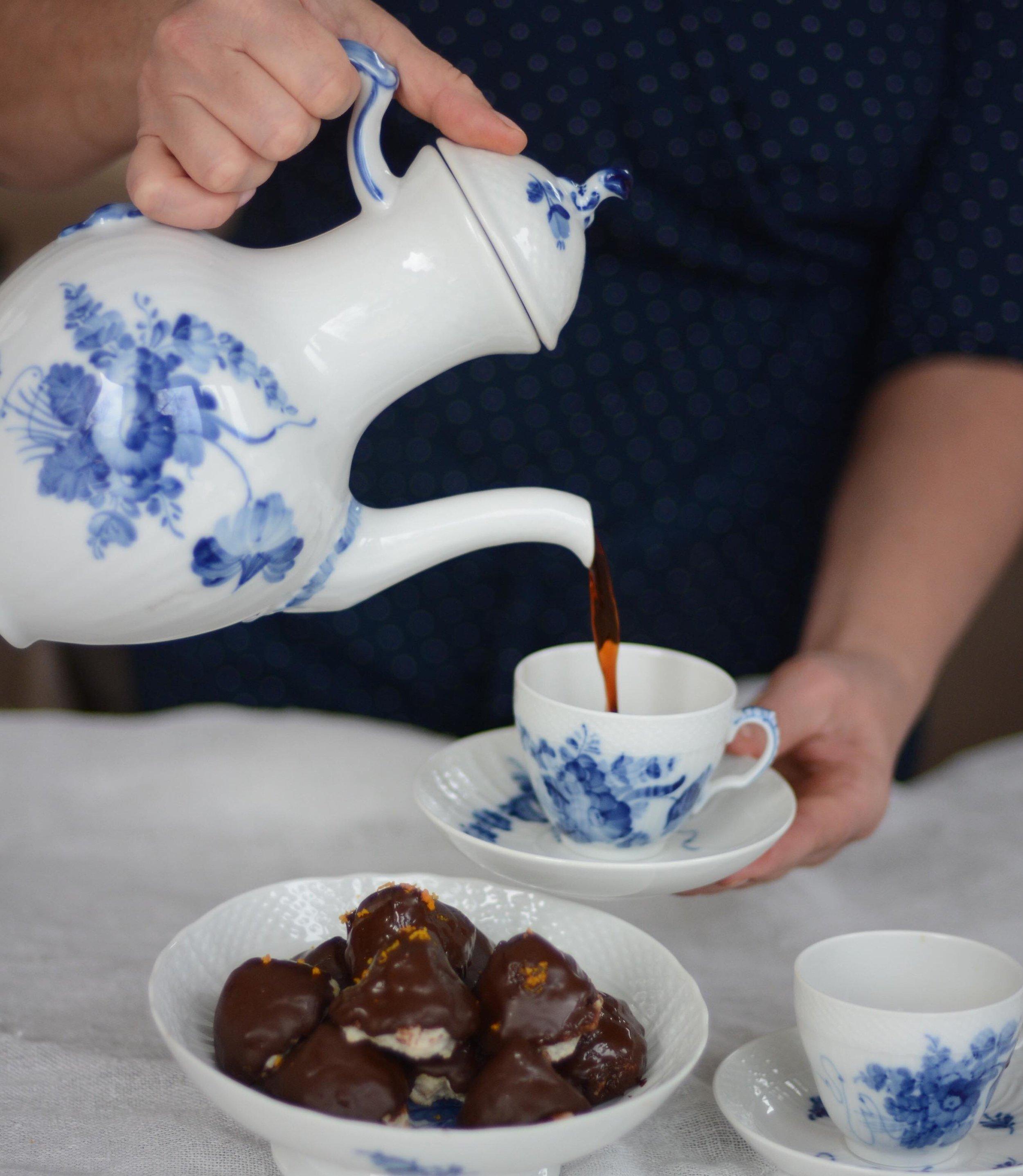 """Chokladbiskvier är en riktig favorit till kaffet tycker jag. Eftersom jag älskar smörkräm och choklad så kan jag ibland längta efter dessa godingar.  Oftast brukar jag göra dessa små och frysa in. Det är enkelt att """"råka"""" gå förbi frysen och ta en när man är riktigt sugen men bäst är ändå till fikastunden tycker jag.  Chokladbiskvier  ca 20 st små  Botten  200 g mandelmassa  1 äggvita     chokladfyllning  150 g mörk choklad  1 msk smör  3/4 dl vispgrädde  Garnering  200 g mörk choklad till doppning     Värm upp ugnen till 175 grader  Lägg bakplåtspapper på en ugnsplåt  Riv mandelmassan  Vispa äggvitan lätt och blanda men den rivna mandelmassan  Klicka ut små bottnar på plåten och platta till lite  Grädda i ugn i 10-12 minuter  Ta bort dem från bakplåtspappret medan de är varma  Låt svalna     Hacka chokladen och lägg i en skål  smält chokladen i micro, 30 sekunder x 3. Ta ut och rör om mellan varje gång  Koka upp smör och grädde och häll över den smälta chokladen  Låt fyllningen stå i kylskåp en stund så att den blir lite fast  Bred på den lite toppigt, på kakorna  Ställ i kyl 1 timme  Hacka chokladen till doppningen och lägg i en skål  smält chokladen i micro, 30 sekunder x 3. Ta ut och rör om mellan varje gång  Doppa sedan kakorna i chokladen så att fyllningen täcks  Njut!"""