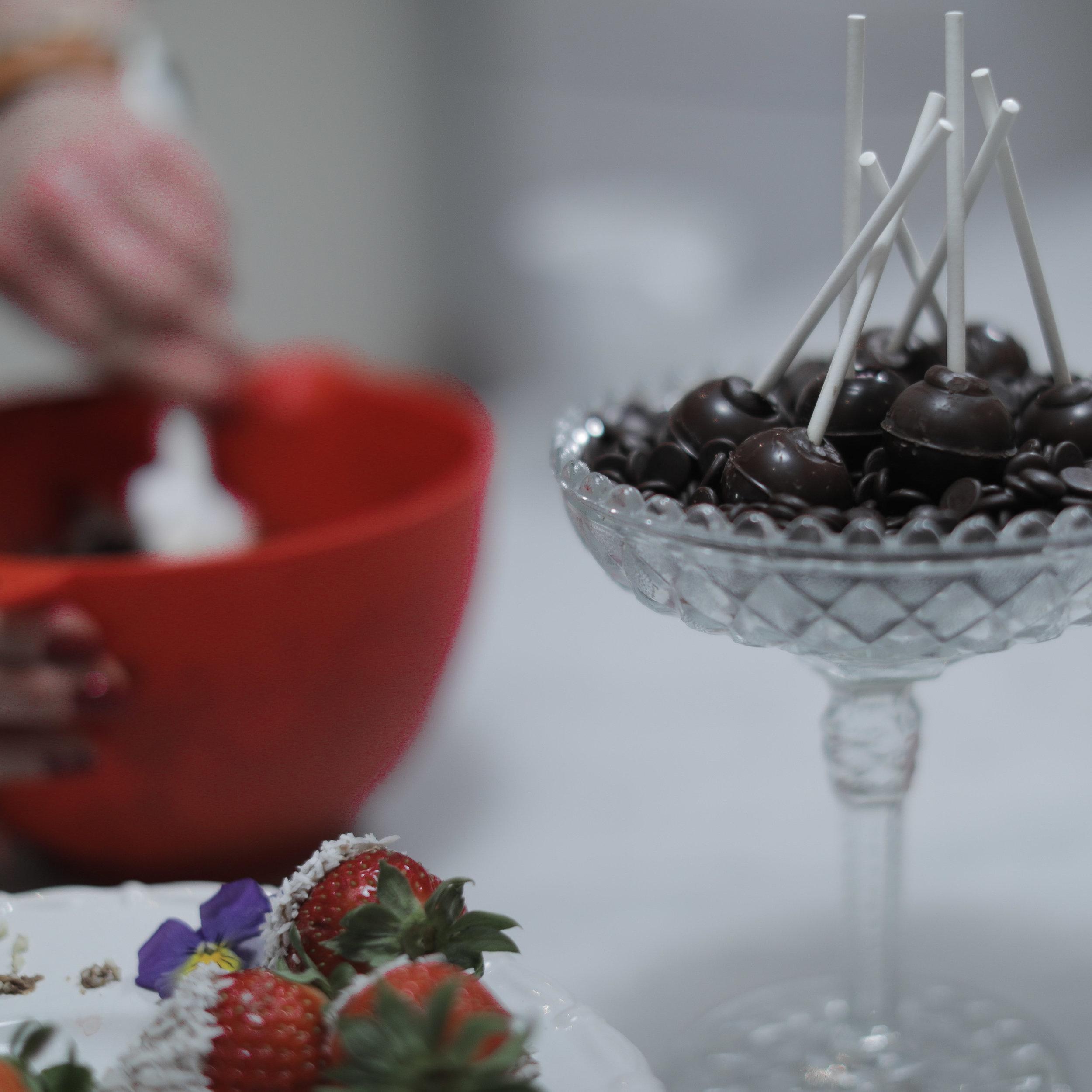 Självklart njöt vi av chokladdoppade jordgubbar, pralinklubbor och kaffe undertiden