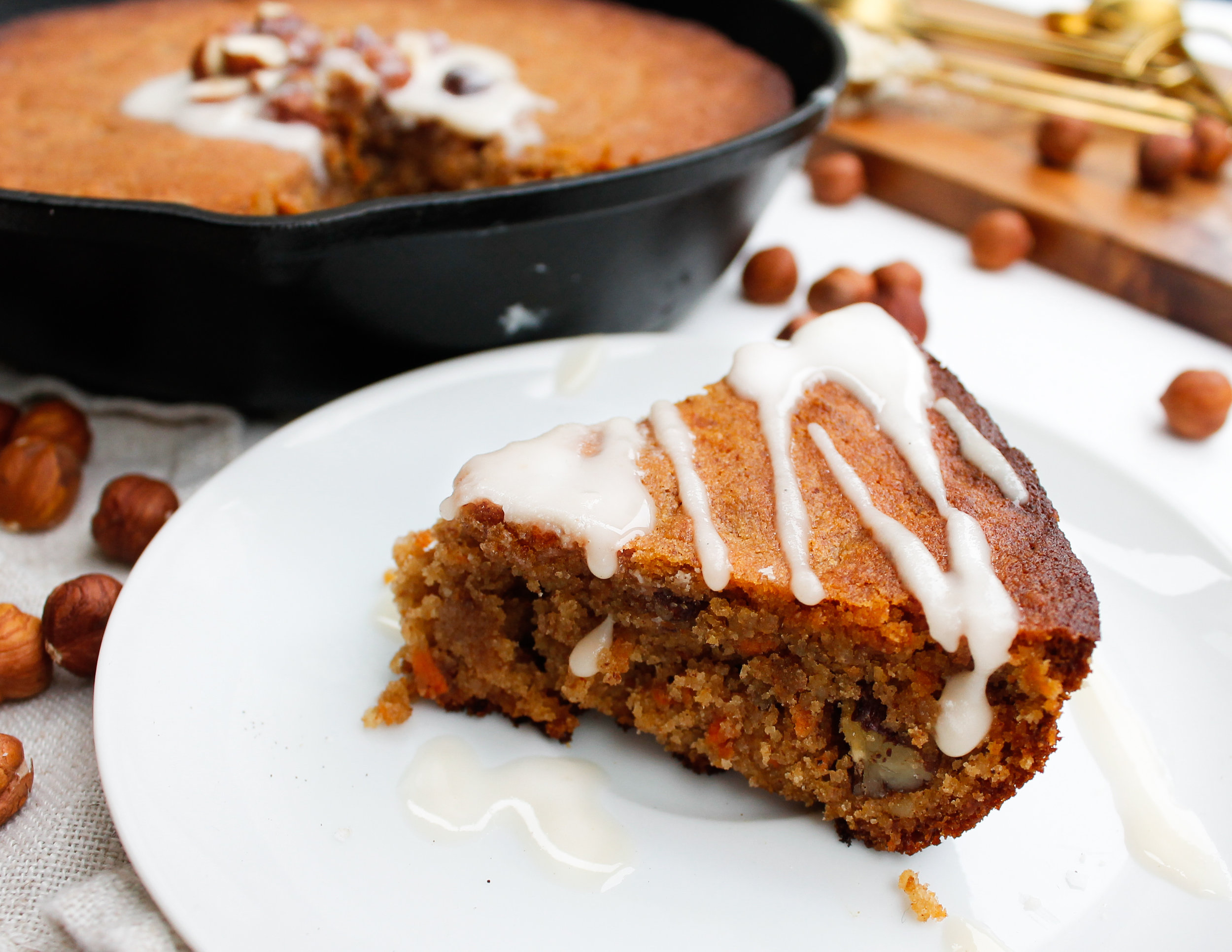 Paleo Carrot Cake Skillet || This healthy carrot cake is grain free, gluten free, dairy free, refined sugar free and specific carbohydrate diet friendly! Full of nutrients, veggies, healthy fats and protein. || #paleobaking #grainfreecarrotcake #healthycarrotcake #cookieskiller || plentyandwell.com