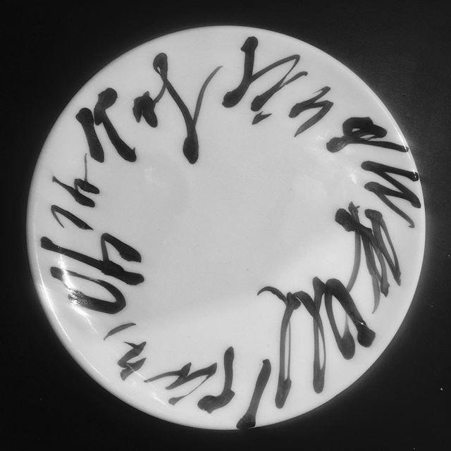 Bemalter Teller aus der letzten Weissware Wächtersbacher Keramik. Künstler: Jörg Schmitz. @schmitz_joerg Unikat, 2018. — Painted plate from the last unglazed Waechtersbacher. By german artist Jörg Schmitz @schmitz_joerg . One of a kind, 2018. — #artcollector #art #contemporaryart #mainkinzigkreis #deutschekunst #germanart #artoftheday #visualart #deutschekunst #art #blackandwhite #black #waechtersbacherkeramik #wächtersbacherkeramik #westgermanpottery #ceramicart #ceramic #ceramics #contemporaryceramics #Schrift #schriftzug #schriftkunst #schriftambau #schriften #schrifttattoo #schriftdesign #schriftlich #schriftentwicklung #schriftzeichen #schriftimoeffentlichenraum #schreiben
