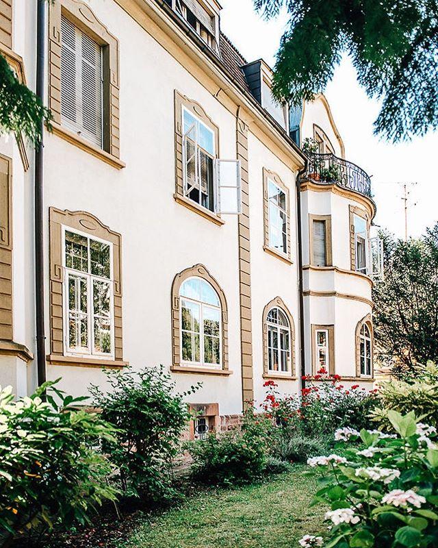 Ab sofort bei uns auf der Webseite gelistet! Diese elegante Villa mit vier Wohnungen und Garten in Neuenheim steht zum Verkauf: 600qm Wohnfläche, 900qm Grundstück. #villa #immobilien #heimburgerimmobilien #heidelberg #neuenheim #altbau #jugendstil #ladenburger21