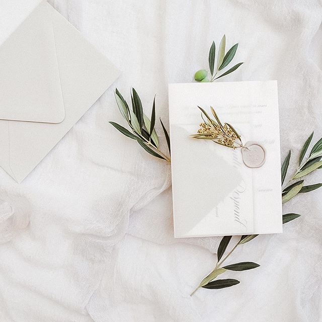 This seal color is everything! Was the perfect compliment for this big Greek wedding with a neutral color palette 🌿