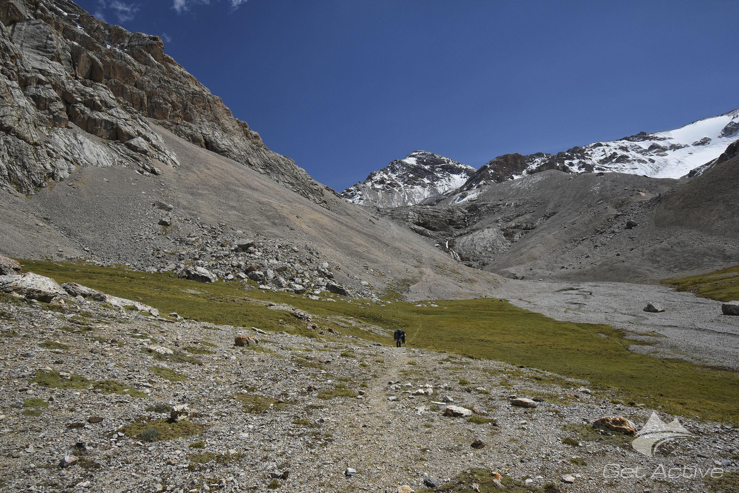 Cesta vzhůru (uprostřed vrchol Pik Vit - 4215m, náš cíl následující den)