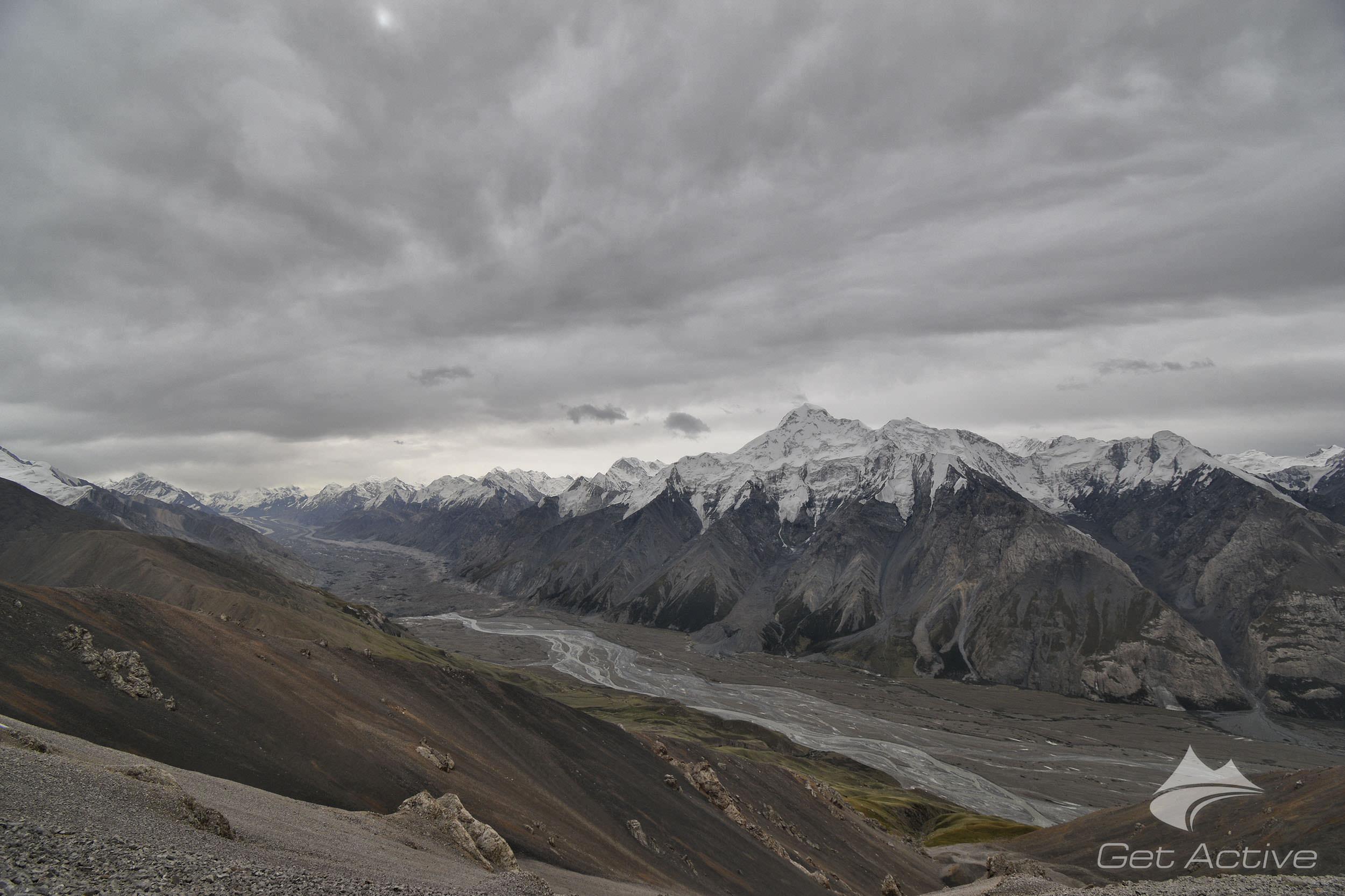 Ledovec a řeka Inylchek s majestátným vrcholem Pik Nansena 5697m nad nimi