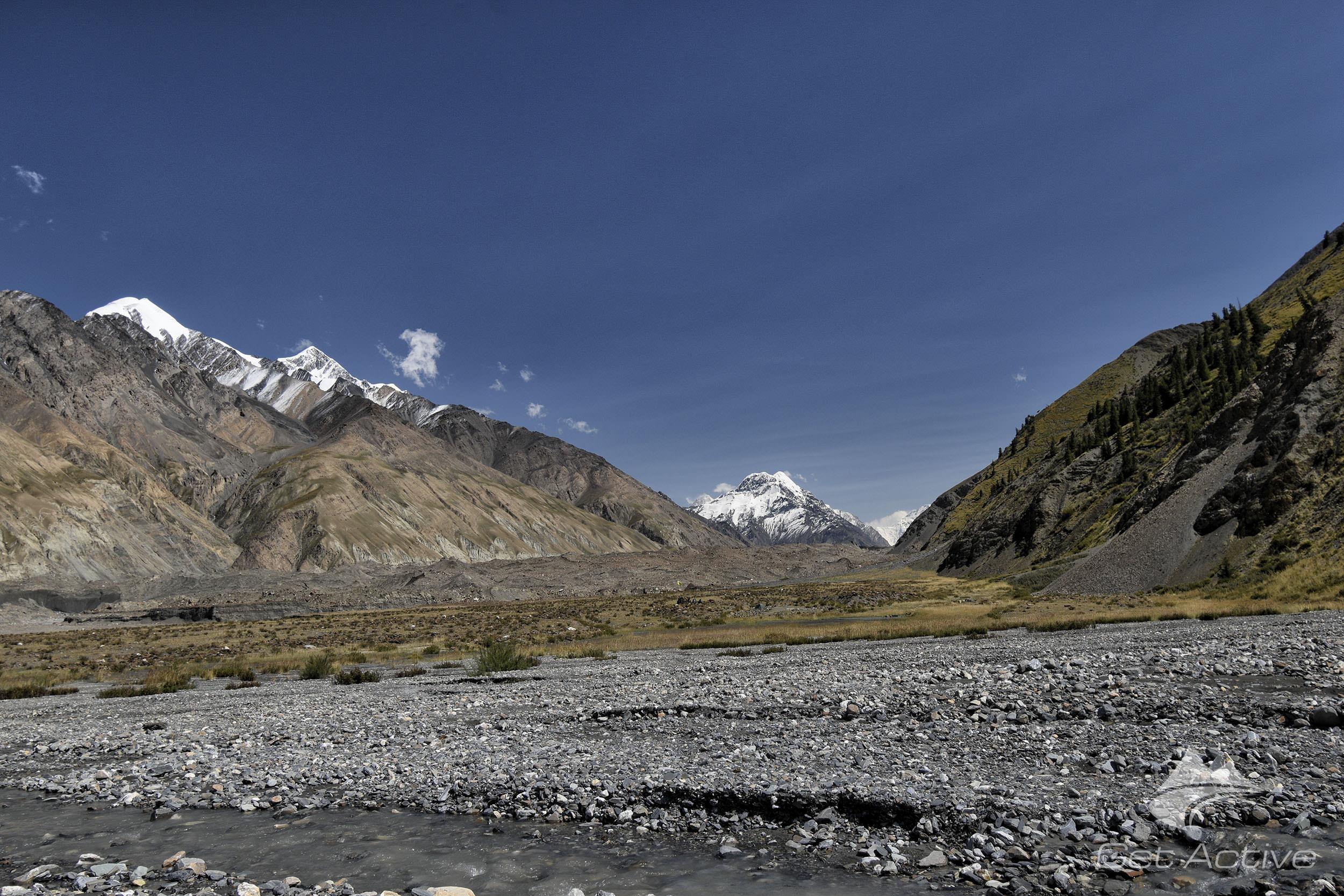 Za horou nacházející se uprostřed fotky vyčnívá vrchol Khan Tengri 7011m