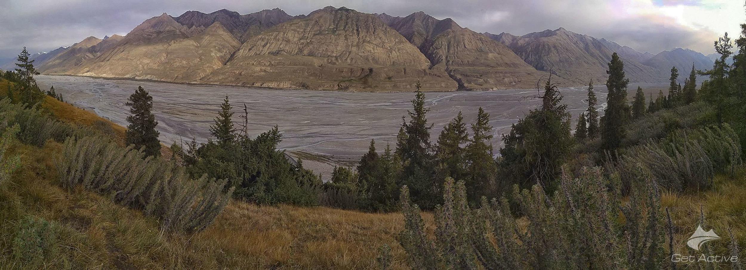 Vyčerpávající stoupání obcházející místo, kde řeka Inylchek znemožňuje průchod po stejném břehu