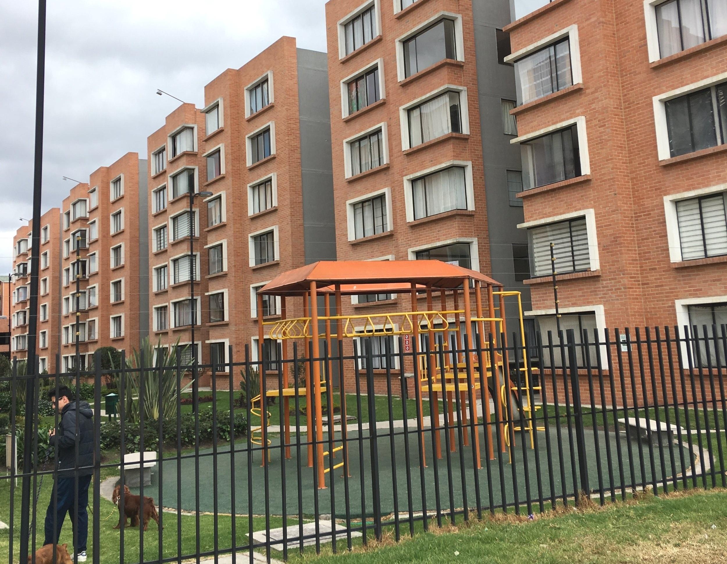 La vivienda social no tiene que ser mísera. Ejemplo de vivienda social construida por la iniciativa privada en Ciudad Verde, Bogotá Colombia.