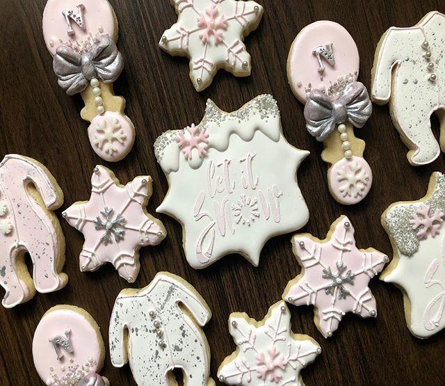Winter Wonderland Sugar Cookies for a Baby Shower ❄️❄️ . . #Crave #CraveDessertStudio #Syracuse #Syracusebakery #SyracuseTreats #syracuseeats #cuseeats #upstateny #macarons #chocolatecoveredoreos #chocolatecoveredstrawberries #Chocolatecoveredpretzels #candyapples #chocolatecoveredricekrispies #blackowned #desserttable #cupcakes #edibleart #cravecups #customcakes  #winterwonderlandcookies #winterwonderlandsugarcookies #sugarcookiesofinstagram #sugarcookies #decoratedcookies #decoratedsugarcookies