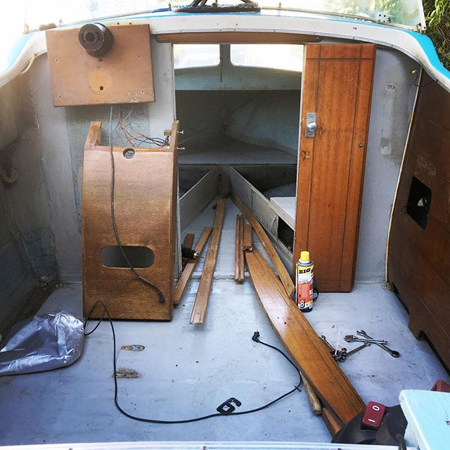 This is like working on a house and a car at the same time. #useallthetools #dorsettboat #vintageboat