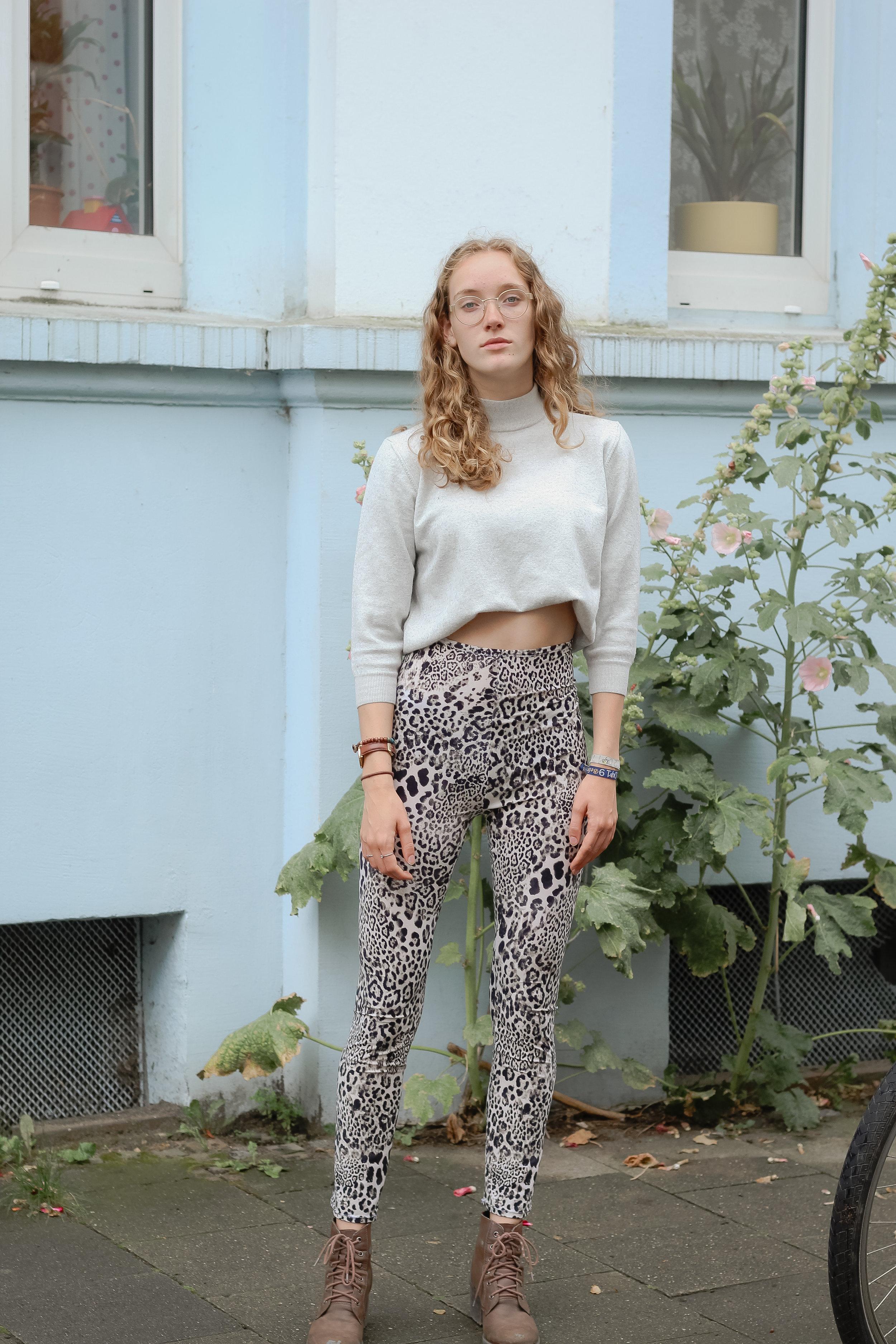 Leoprint photoshoot with lena.naeht von  www.lenanaeht.de  leoprint fashion, leoprint clothing, blonde, curly hair, girl, glasses, babyblue, sew, sewinglove, fotoshooting mit lena.naeht, leopardenprint, leoparden muster, babyblau, brille, nähen, nähenverbindet, mädchen, frau, lockige haare, natürlichkeit, osnabrück, germany, niedersachsen, münster, hannover, ruhrgebiet, oldenburg, herprettybravesoul, chantal kemp
