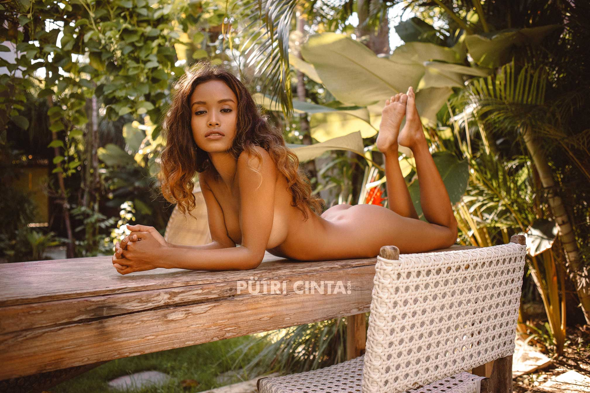 PUTRI-CINTA-010-SUNBATHING-IN-THE-GARDEN-PHOTOSET-21.jpg