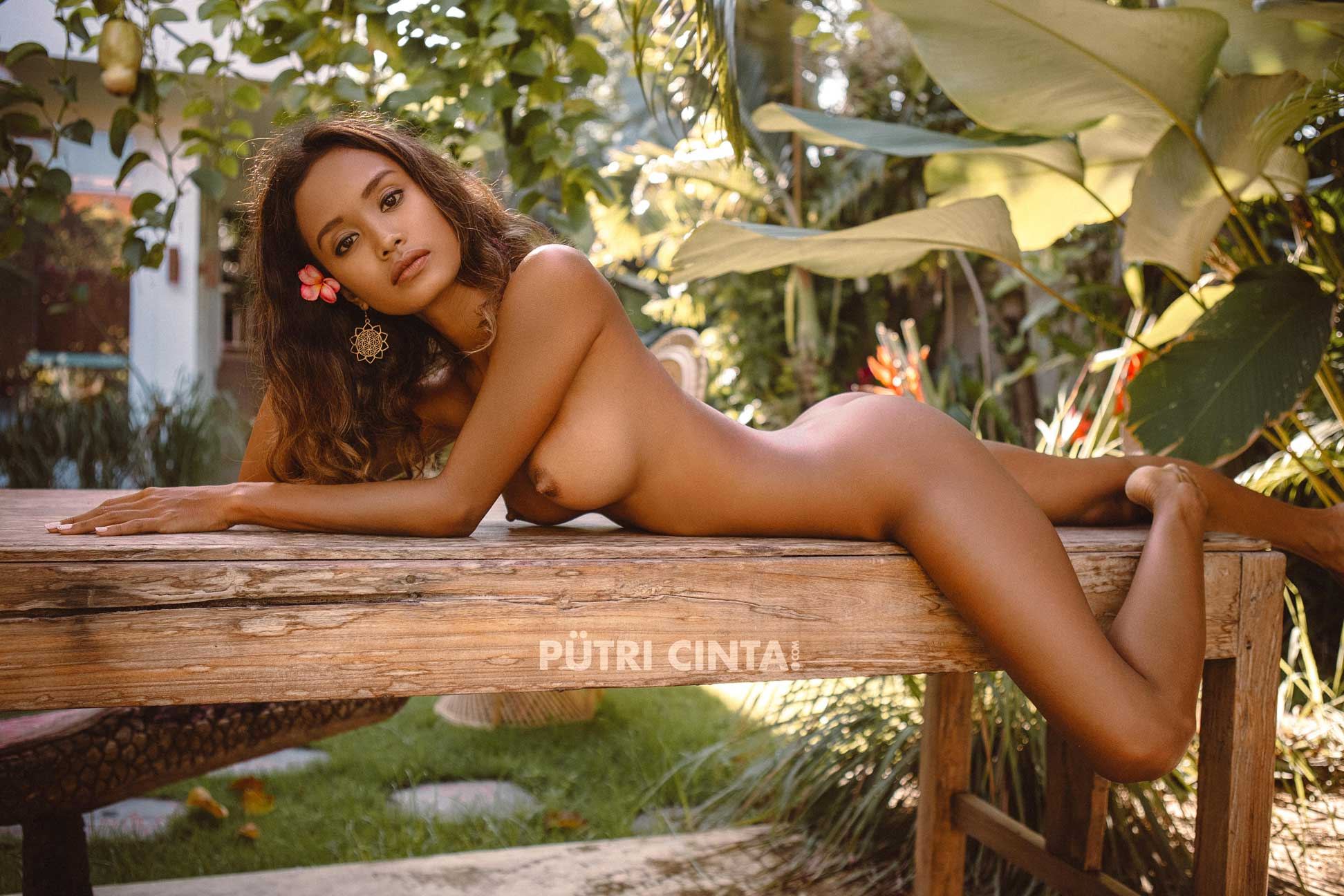 PUTRI-CINTA-010-SUNBATHING-IN-THE-GARDEN-PHOTOSET-22.jpg