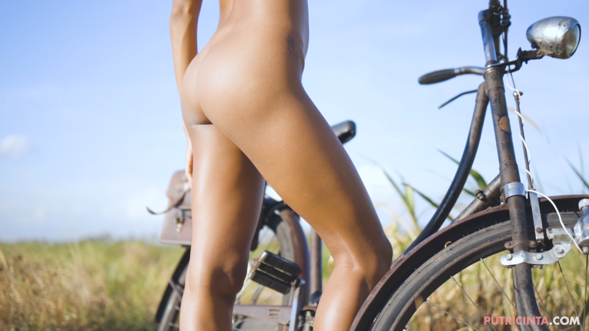 024-cyclingcommando-Putri-Cinta-teaser-stills-19.jpg