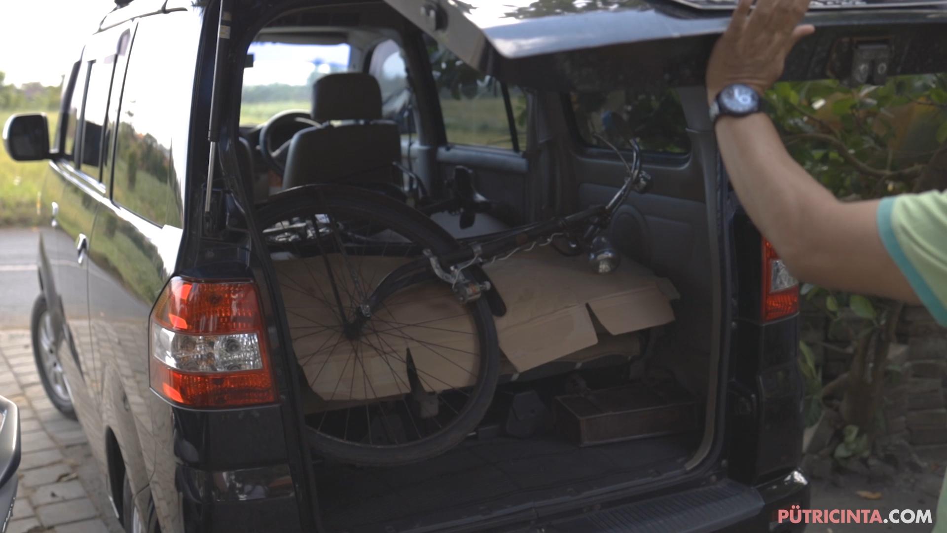 024-cyclingcommando-Putri-Cinta-BTS-stills-10.jpg