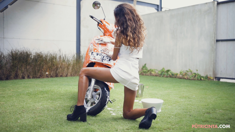 025-BikeWash-Putri-Cinta-Stills-20.jpg