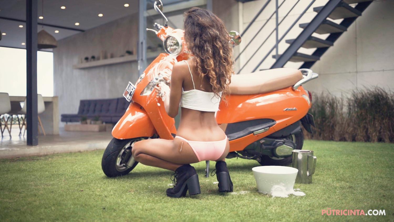 025-BikeWash-Putri-Cinta-Stills-30.jpg