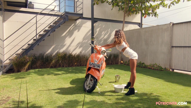025-BikeWash-Putri-Cinta-BTS-Stills-13.jpg