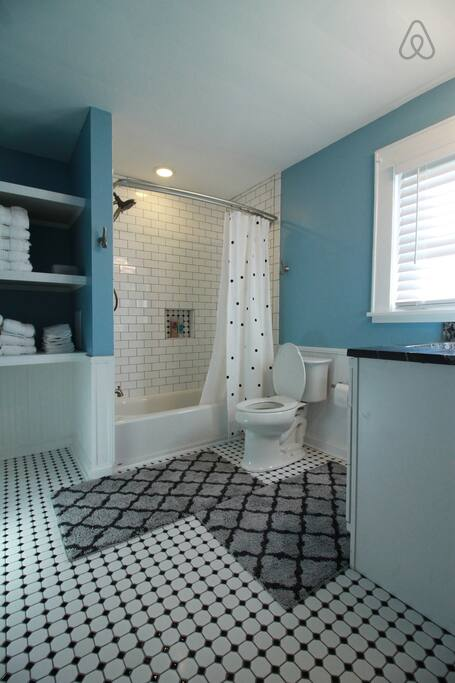 Picture 27 Upstairs Guest Bath 1.jpg