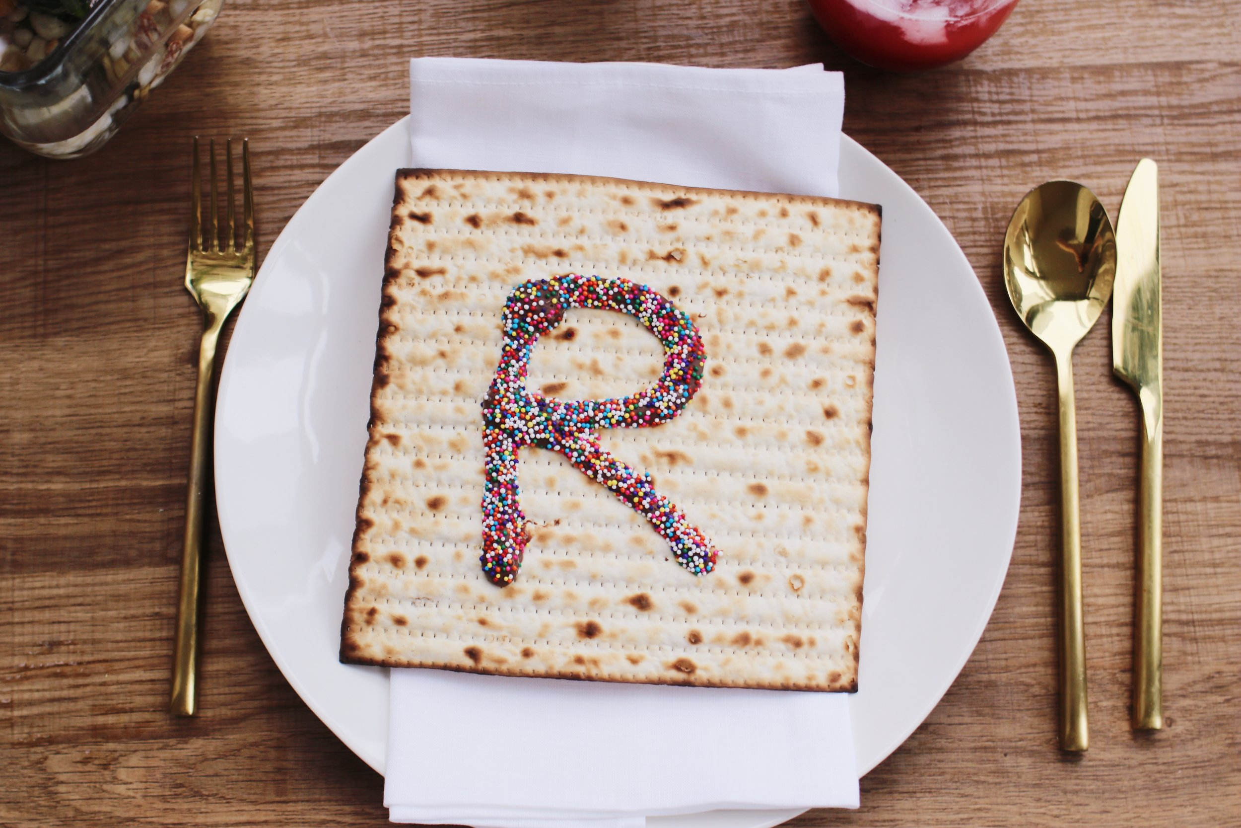 passover-decor-place-setting-ideas-table-setting-ideas-matzah-chocolate-14