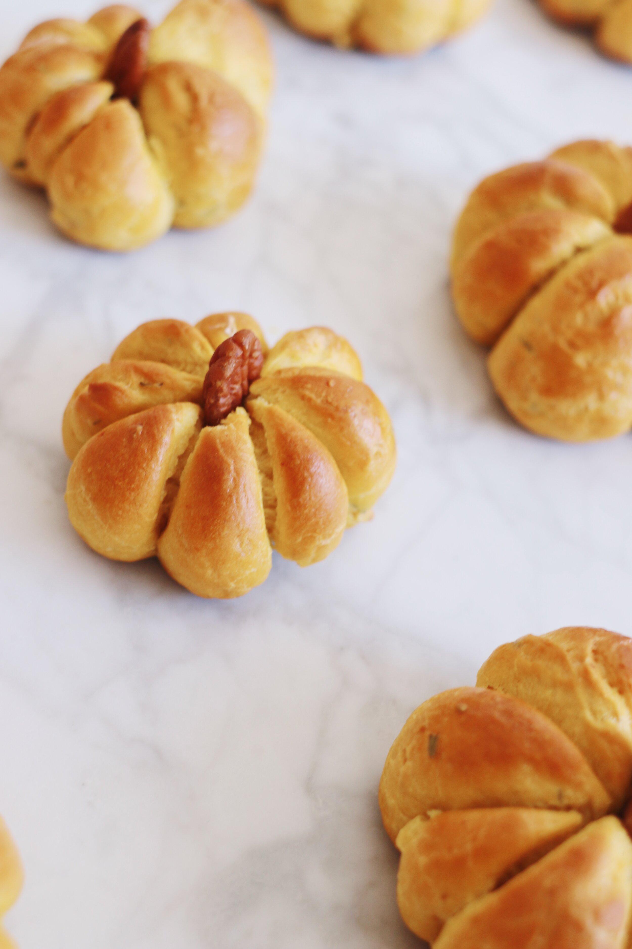 best-pumpkin-challah-recipe-pumpkin-dinner-rolls-13.JPG