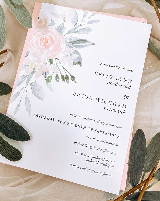 It's no secret that I have been MIA for pretty much all summer... sometimes you just gotta love life away from social media, but don't worry I was still getting stuff done l. I'd thought I would kick off my return to social media by sharing this soft floral beauty created for one of my dearest friends. Congratulations again, Kelly and Bryon 💕