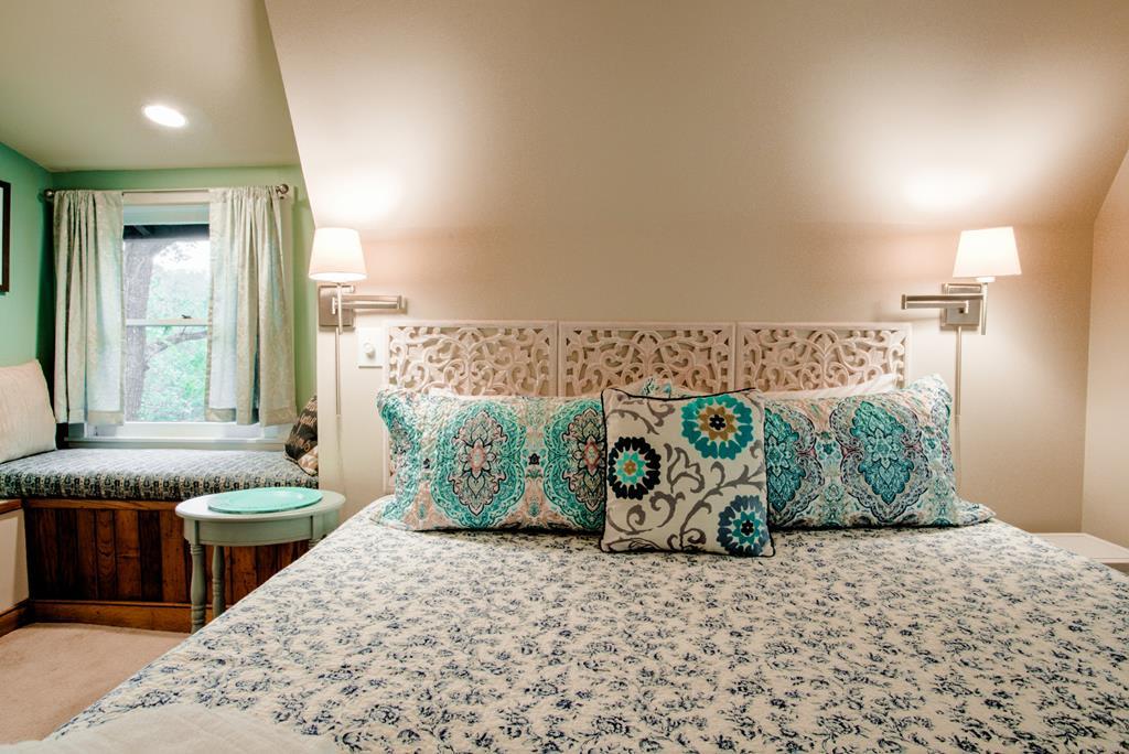Chestnut: Loft Guest Suite -  Queen Bed  w/Full Bath