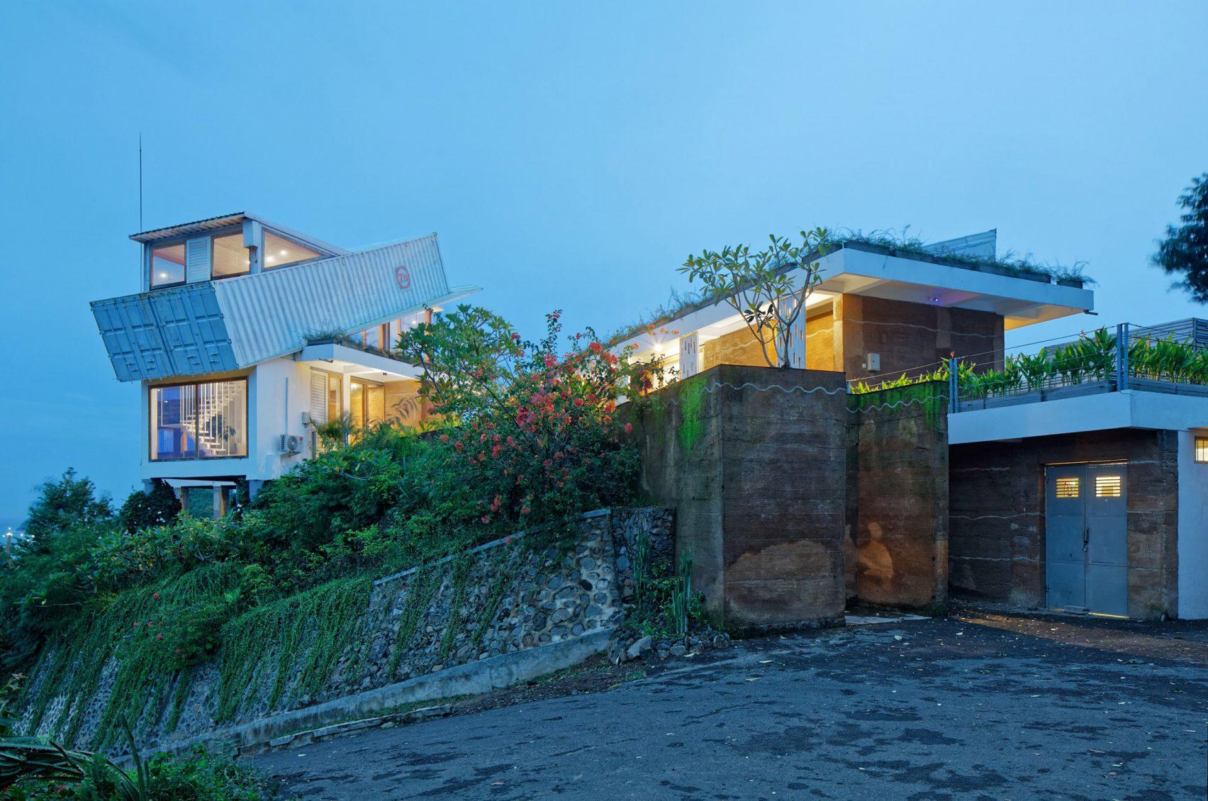 clay-house-budi-pradono-architects-architecture_dezeen_2364_col_12-1704x1130.jpg