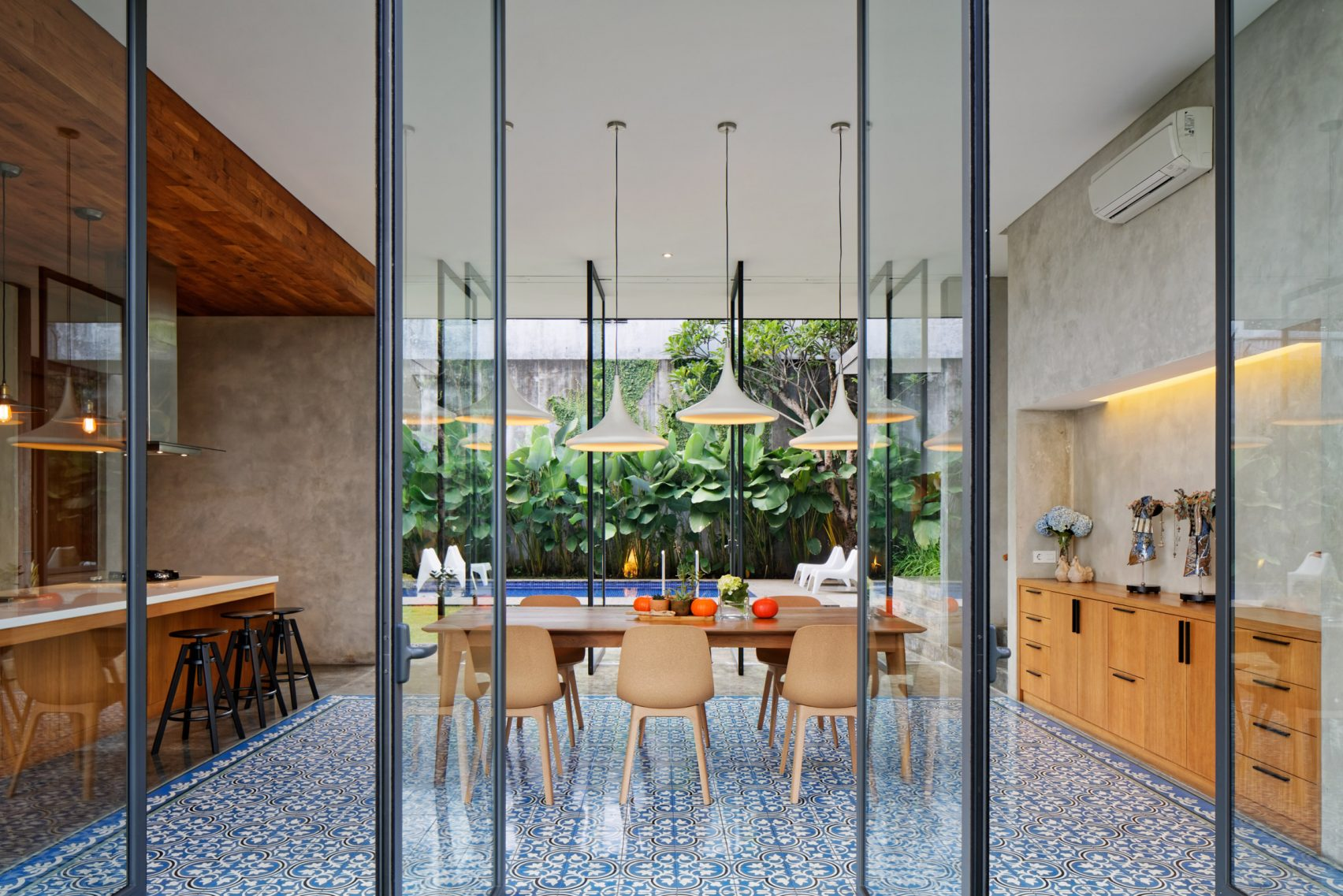 house-inside-outside-tamara-wibowo-architecture-residential-indonesia_dezeen_2364_col_9-1704x1137.jpg