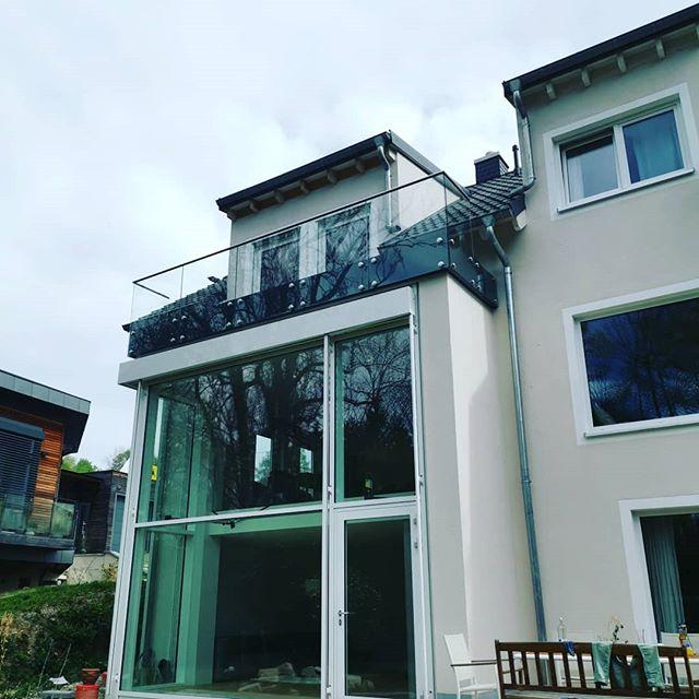 Balcony with a view 😎 #balkon #Glasgeländer #Metallbauwidmann #MW #handmadeinbavaria #handwerk #punkthalter #schinderei #brazzerd #lmia #inklusiveunterbauundinnenliegenderentwässerung #direktanderwürm #bruddal  #geilemannschaft #spassbeiderarbeit